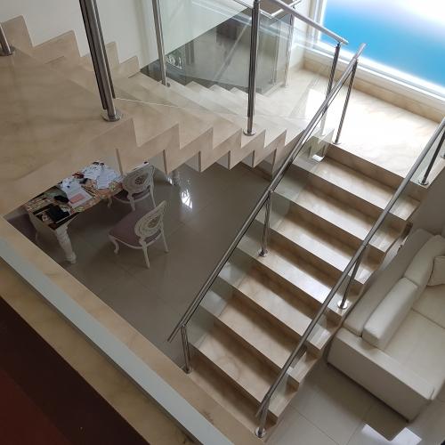 Sala de estar, escada e Maciços